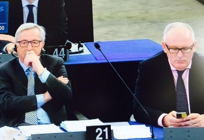 Timmermans en Juncker na speech Tsipras (screenshot Twitter, dank aan Xander van der Wulp)